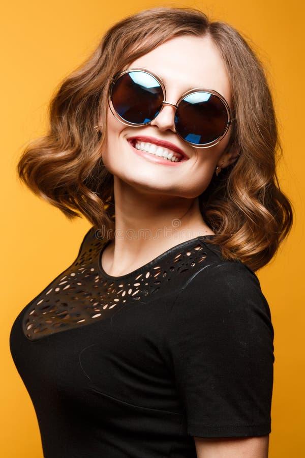 Schöne sexy junge Frau große runde Sonnenbrille, glättend bildet stockbild