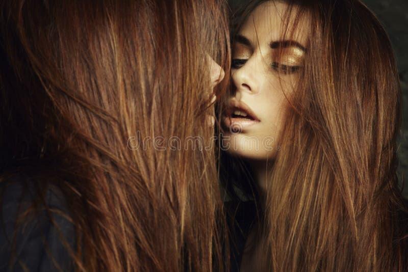 Schöne sexy junge Frau nahe einem Spiegel stockbild