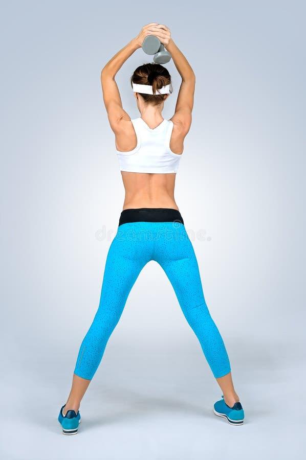 Schöne sexy Sporteignungsfrau, die Trainingsübung mit d tut lizenzfreies stockfoto