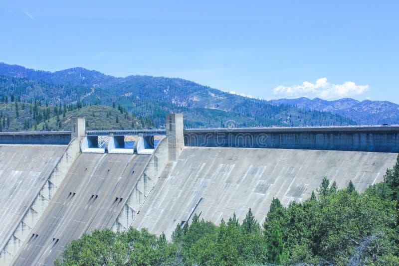 Schöne Sicht auf den Shasta-Staudamm, Kalifornien, USA lizenzfreies stockbild