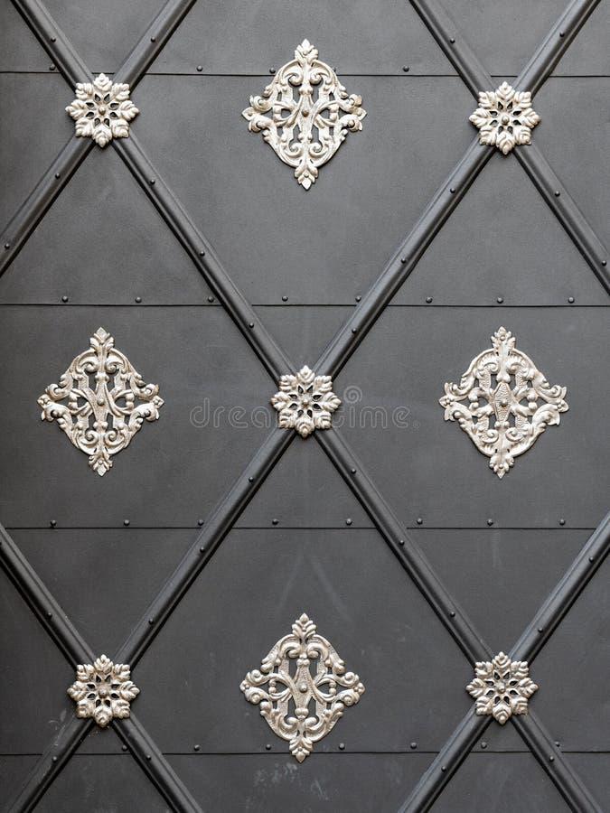 Schöne silberne Dekoration auf einer grauen Tür lizenzfreie stockfotos