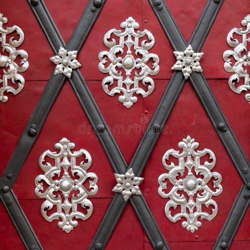 Schöne silberne Dekoration auf einer roten Tür stockbild