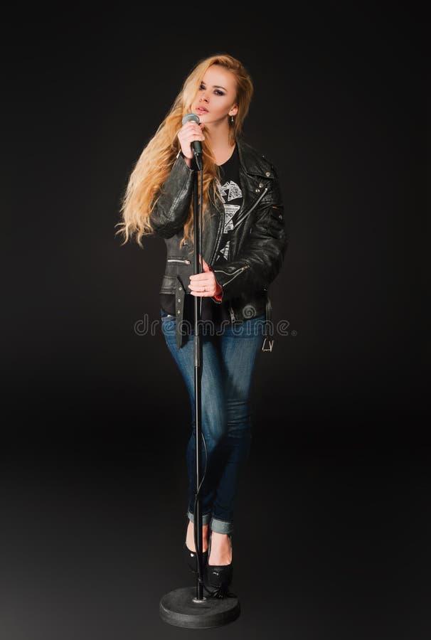 Schöne singende Blondine stockfotos