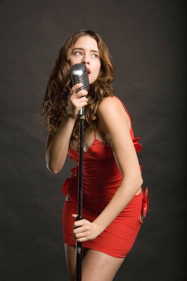 Schöne singende Frau stockfoto