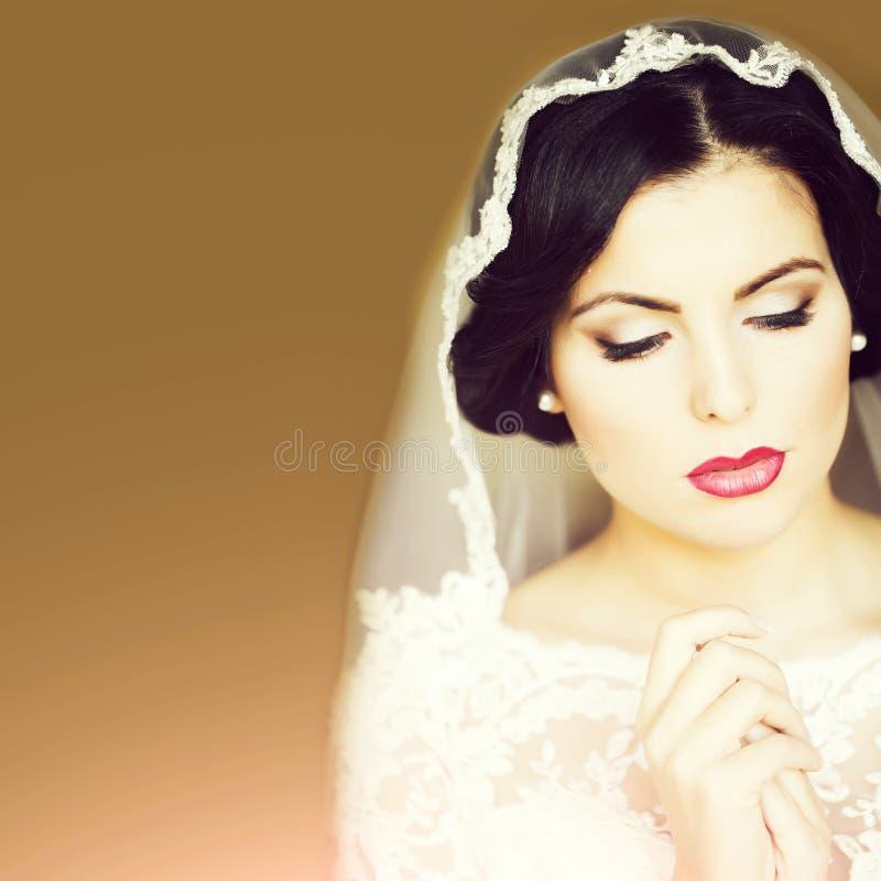 Schöne sinnliche Braut lizenzfreies stockbild