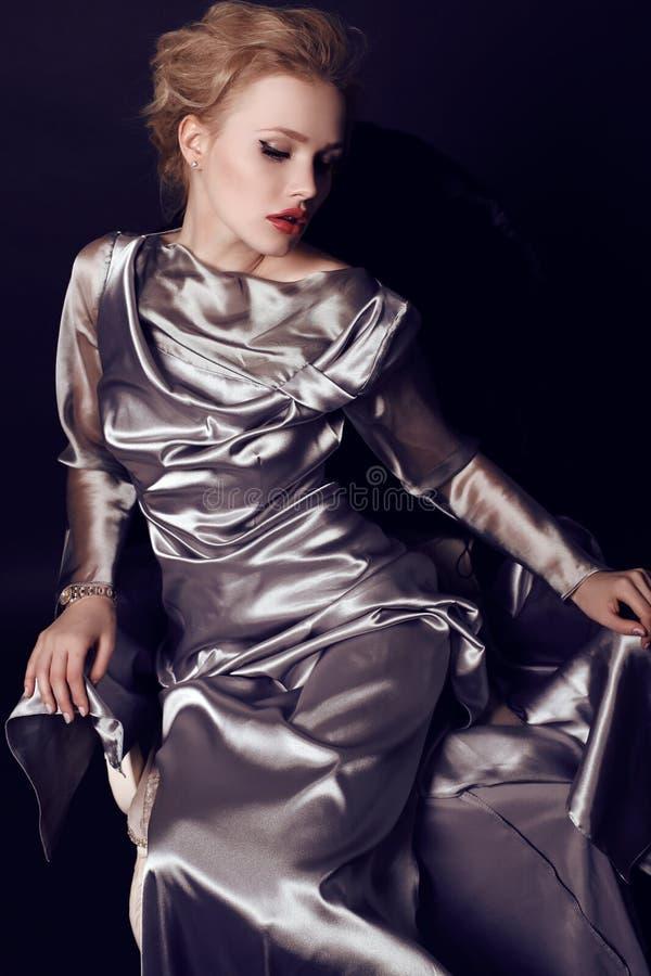 Schöne sinnliche Frau mit dem dunklen Haar, das elegantes Kleid und Juwel trägt stockbilder