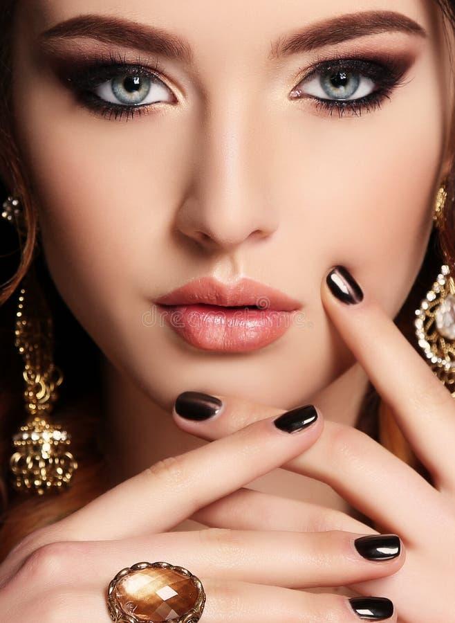 Schöne sinnliche Frau mit dem dunklen Haar und Juwel stockbilder
