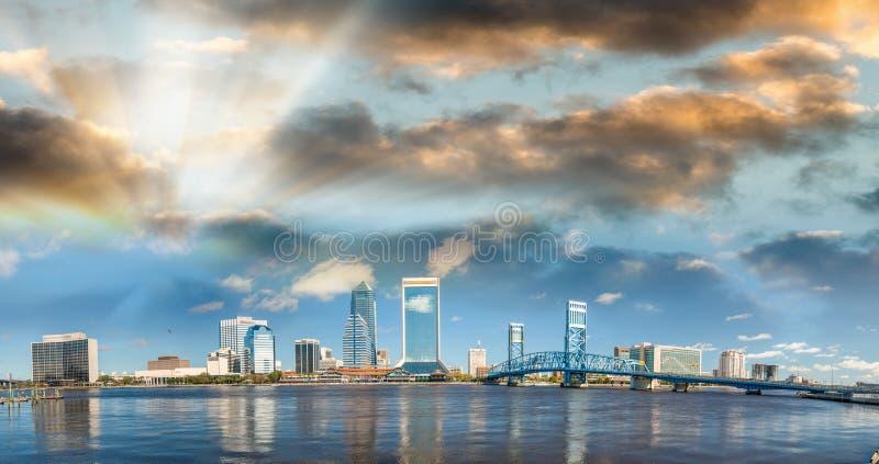 Schöne Skyline Jacksonvilles, panoramische Stadtansicht bei Sonnenuntergang - lizenzfreies stockbild