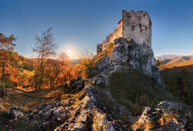 Schöne Slowakei-Landschaft am Herbst mit Uhrovec-Schlossruinen lizenzfreie stockfotos