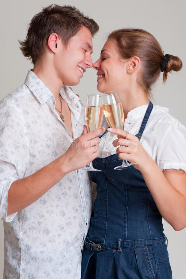 Schöne smileypaare mit Champagner lizenzfreie stockbilder