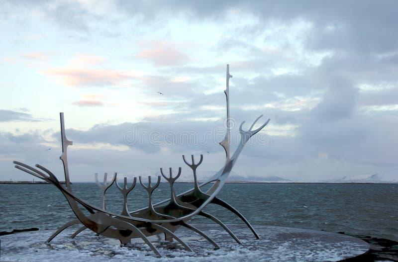 Schöne Solfar-Skulptur Sun-Reisende in Reykjavik lizenzfreies stockfoto