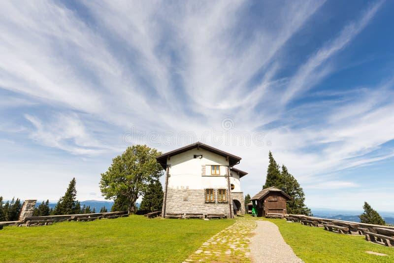 Schöne Sommeransicht des Herbergesgebäudehinterhofes, Slowenien-Berge stockbild