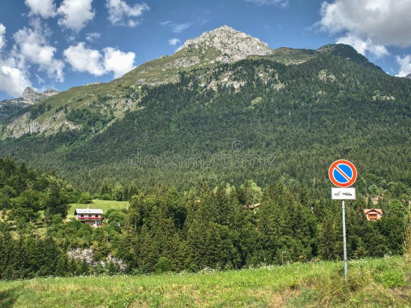 Schöne Sommerberge, Wolken über Spitzen und Wald im Vordergrund stockbilder