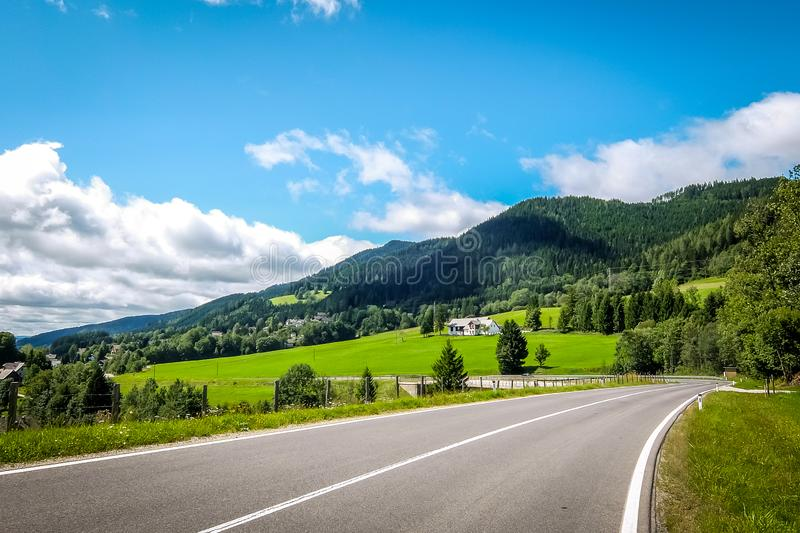 Schöne Sommerberglandschaft lizenzfreie stockfotografie