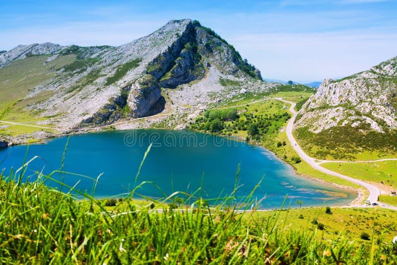 Schöne Sommergebirgslandschaft mit See stockfoto