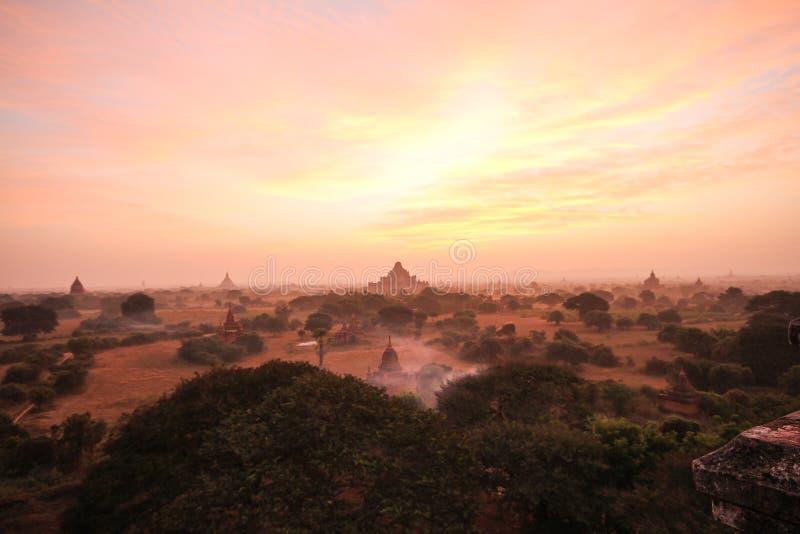 Schöne Sonnenaufgang- und Landschaftsansicht von Bagan von Shwesandaw-Pagode, Bagan, Myanmar stockbilder