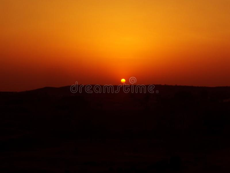 Schöne Sonnenaufgangansicht in die Wüste lizenzfreie stockbilder