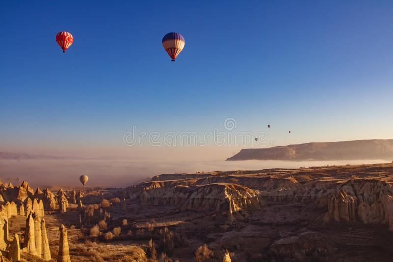 Schöne Sonnenaufgangansicht vom Ballon bei Cappadocia, die Türkei stockfoto