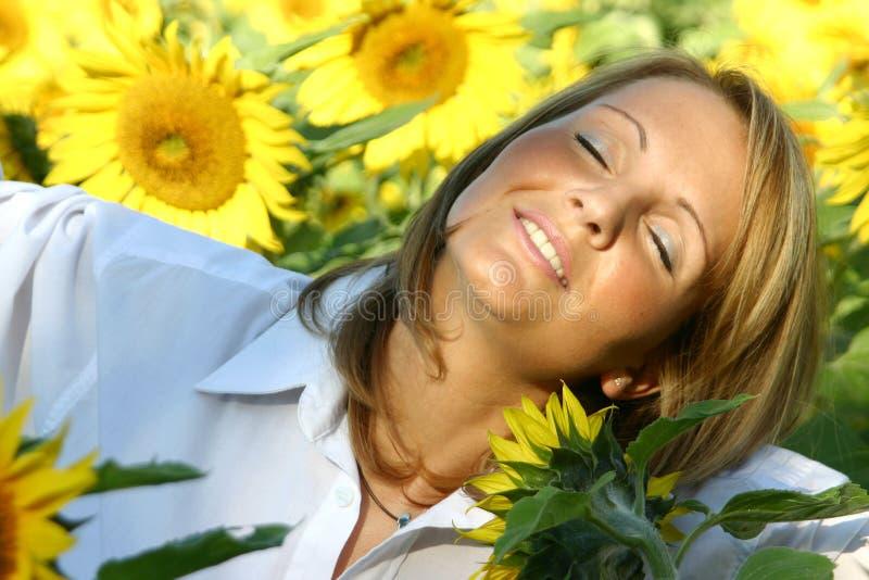 Schöne Sonnenblume-Frau stockbild