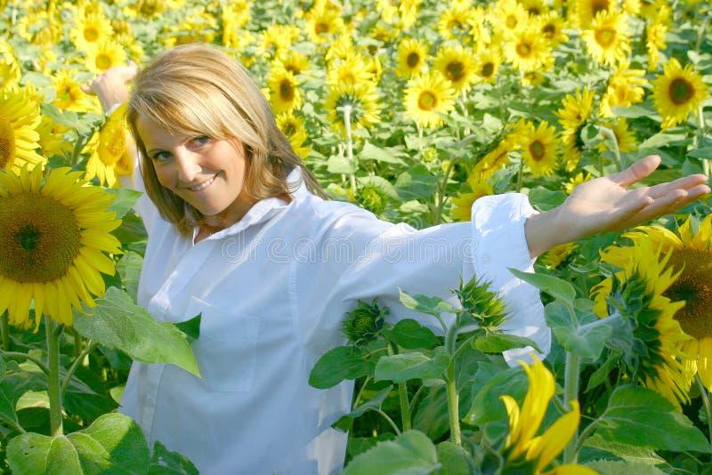 Schöne Sonnenblume-Frau lizenzfreie stockfotos
