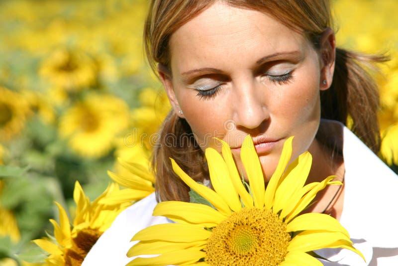 Schöne Sonnenblumen-Frau stockbild