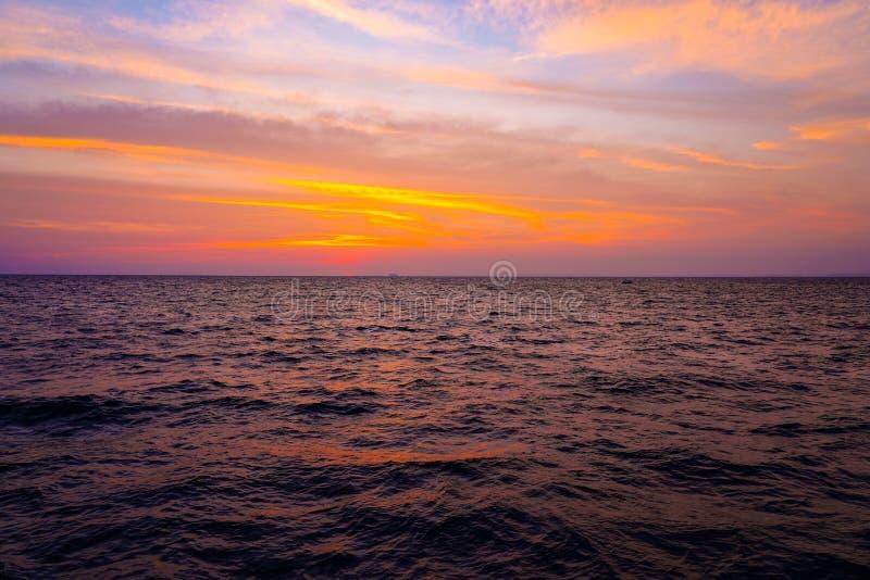Schöne Sonnenuntergang- und Sonnenaufgangmeerblickhimmelozeanlandschaft der Natur auf Sommer stockfoto