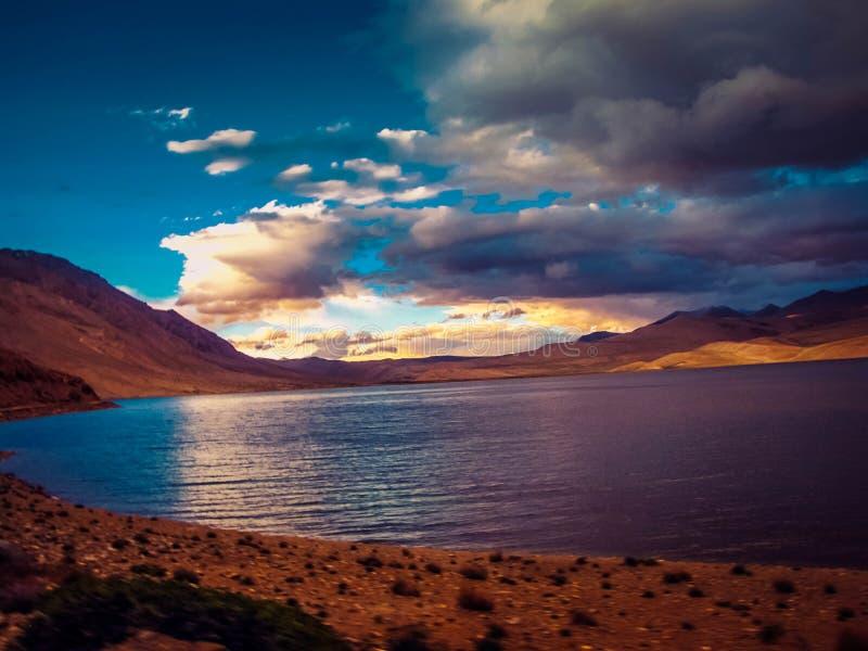 Schöne Sonnenuntergangansicht am ladakh Himalaja, Indien stockbild