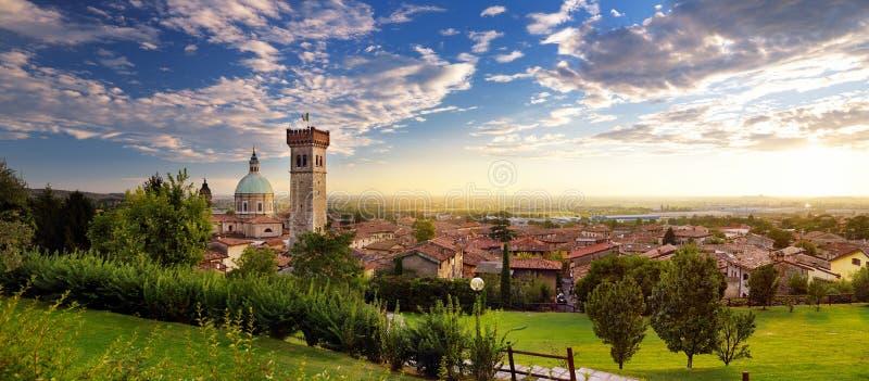 Schöne Sonnenuntergangansicht von Lonato Del Garda, eine Stadt und comune in der Provinz von Brescia, Italien lizenzfreie stockbilder