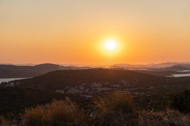 Schöne Sonnenunterganglandschaft über dem Meer und der Stadt stockfotografie