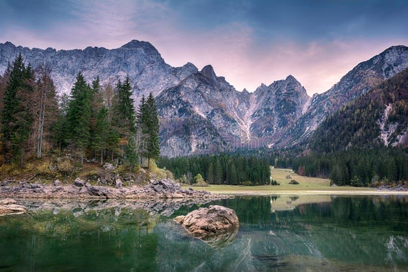 Schöne Sonnenunterganglandschaft von Lago oder Laghi von di Fusine See in Italien stockfoto
