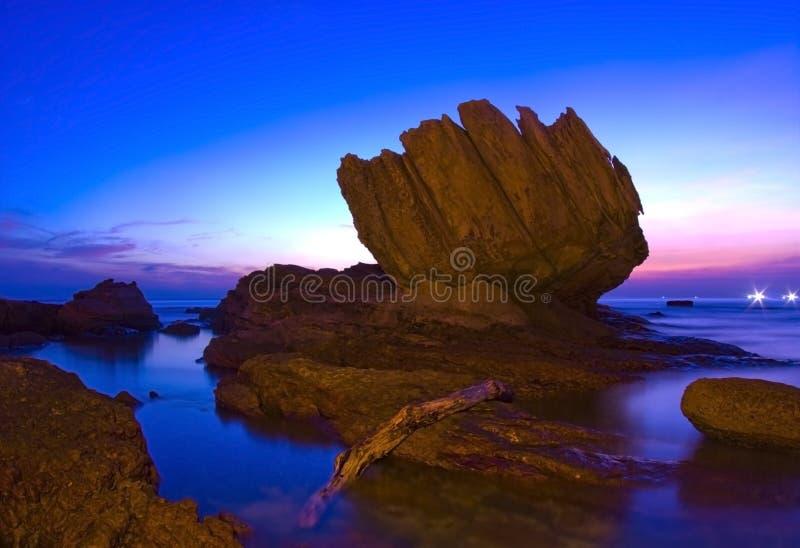 Schöne Sonnenuntergangszenen mit speziellem Stein stockfotos