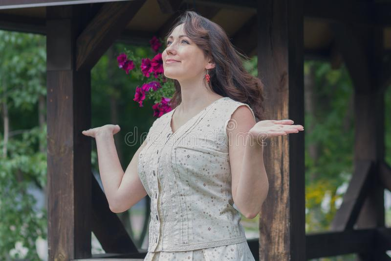 Schöne sorglose Frau nahe dem Gazebo stockfotos