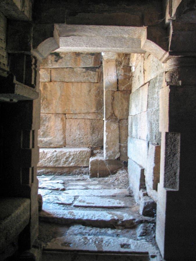 Schöne Spaltenarchitektur von alten Ruinen des Tempels in Hampi stockfotos