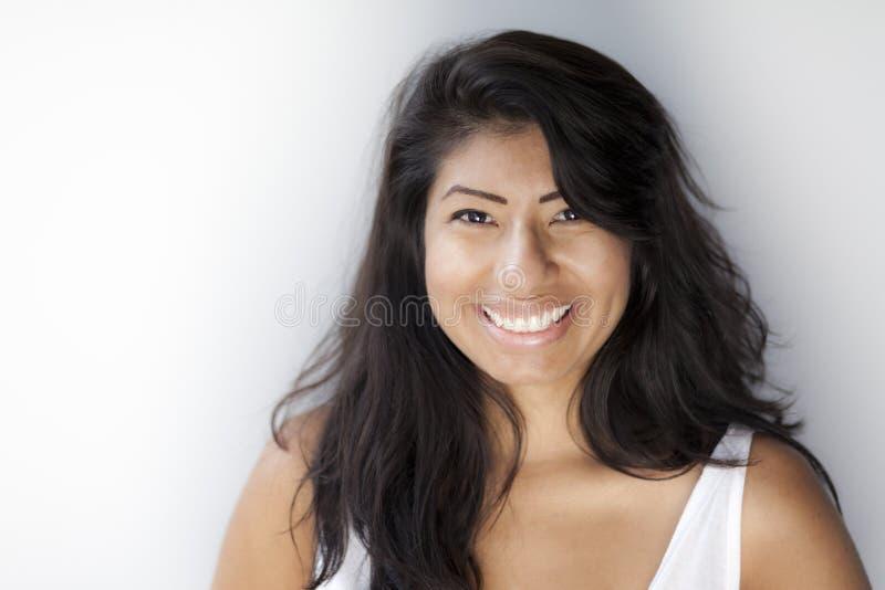 Schöne Spanierin, die an der Kamera lächelt stockfotografie