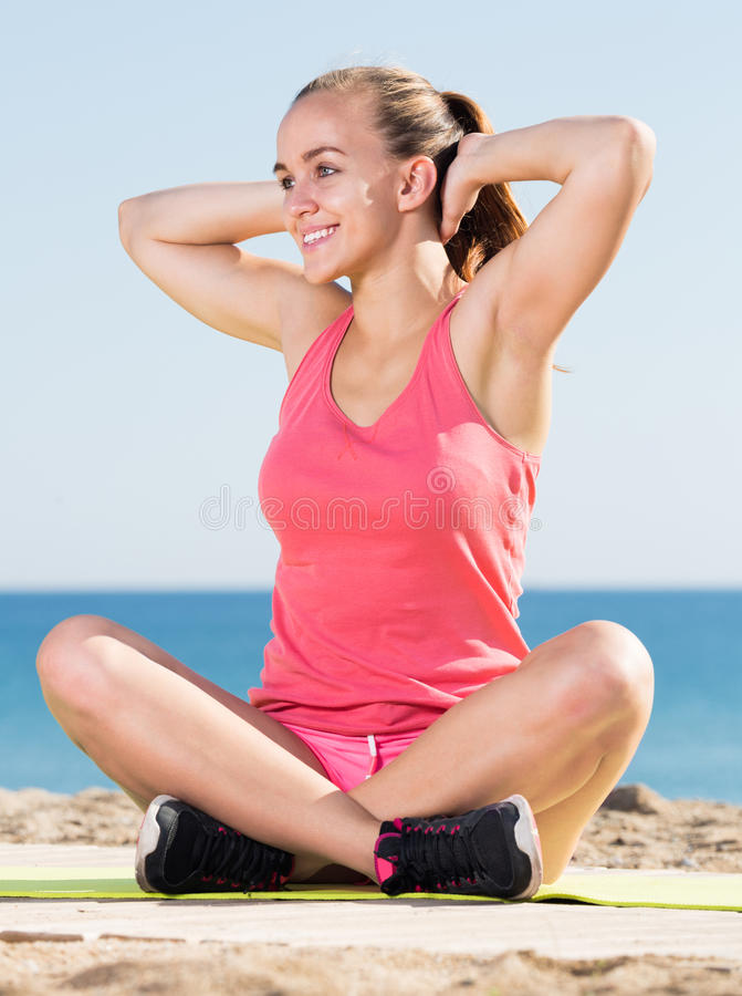 Schöne sportliche Frau, die Yoga ausübt stockfoto