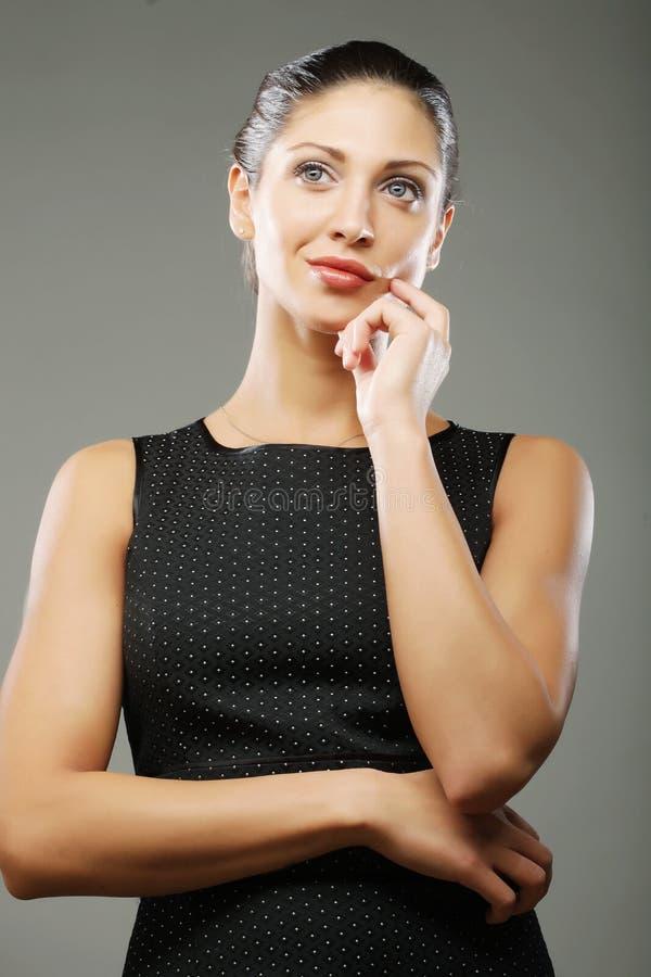 Schöne sportliche Frau im schwarzen Kleid stockfoto