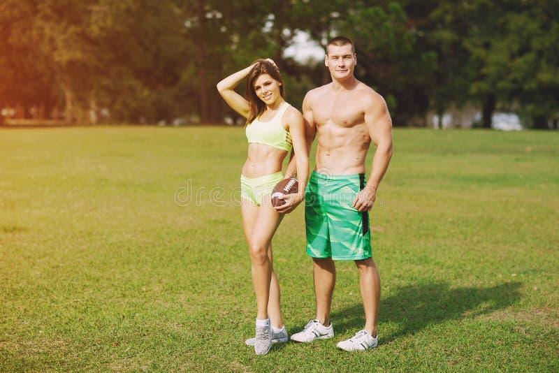 Schöne sportliche Paare stockfoto