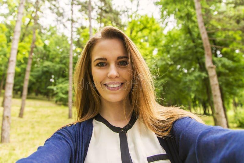 Schöne städtische Frau, die selfie macht stockbild