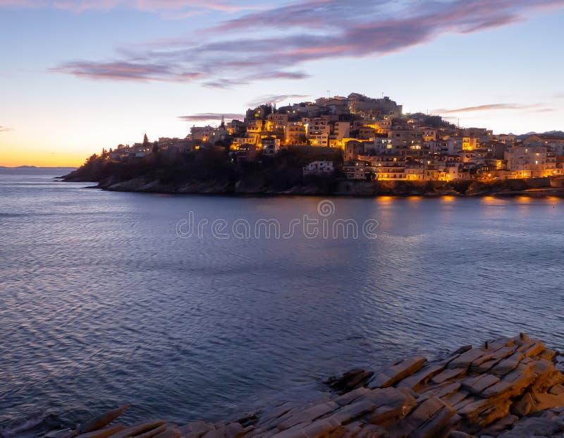 Schöne Stadt von Kavala - Griechenland - Sonnenuntergangschuß stockbild