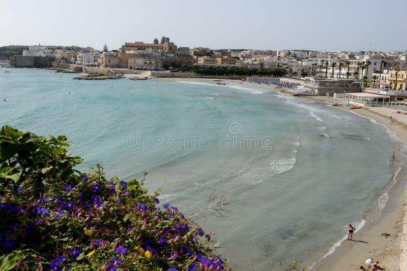 Schöne Stadt von Otranto und von seinem Strand auf Salento-Halbinsel lizenzfreie stockfotos