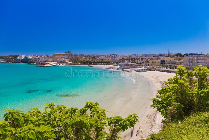 Schöne Stadt von Otranto und von seinem Strand, Salento-Halbinsel, Puglia-Region, Italien lizenzfreie stockfotos