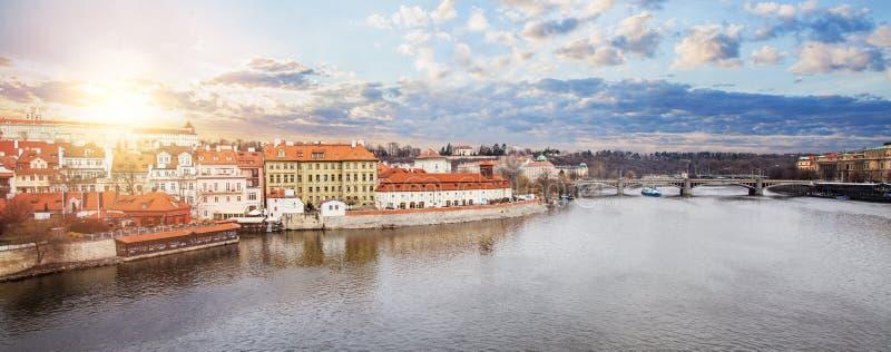Schöne Stadtbildskyline mit Manes Bridge Manesuv die meisten in Tschechischer Republik Prags lizenzfreie stockfotos
