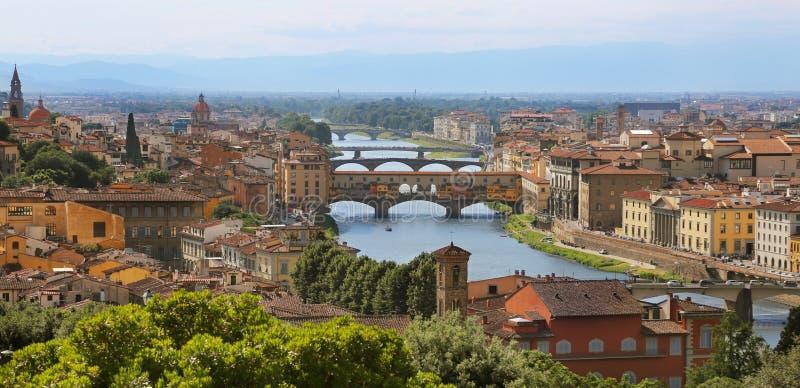 Schöne Stadtbildskyline von Florenz, Italien mit Ansicht von Brücken über der Arno-Fluss lizenzfreies stockbild