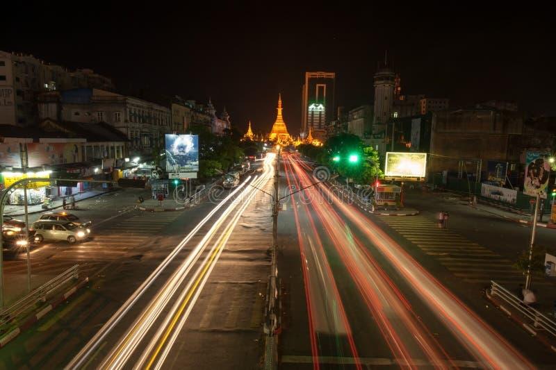 Schöne Stadtnacht-scape Weise zum Glänzen der goldenen Pagode stockfotografie