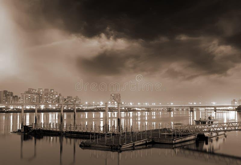 Schöne Stadtnachtszenen des Docks und der Wohnungen lizenzfreies stockfoto