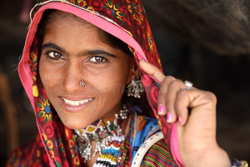 Schöne Stammes- Frau im Bezirk von Kutch, Indien lizenzfreies stockfoto