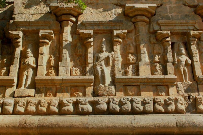 Schöne Statuen auf der dekorativen Steinwand des alten Brihadisvara-Tempels im gangaikonda cholapuram, Indien stockfoto