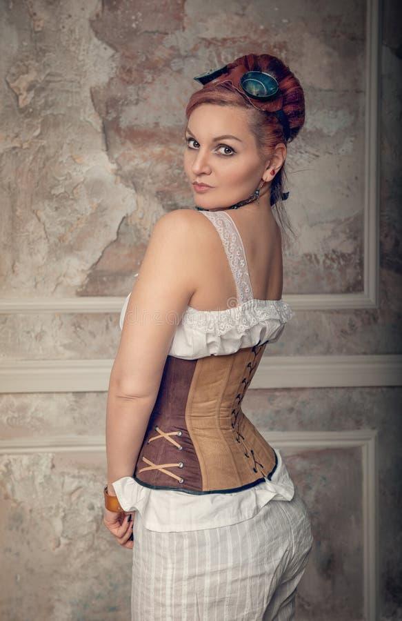Schöne steampunk Frauenaufstellung lizenzfreies stockbild