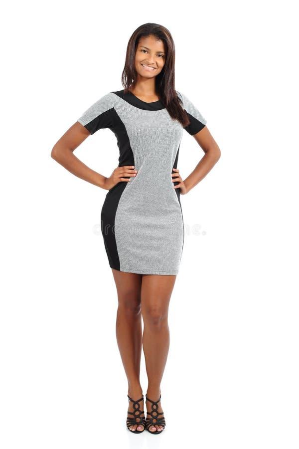 Schöne stehende Afroamerikanermodell-Frauenaufstellung stockfotografie