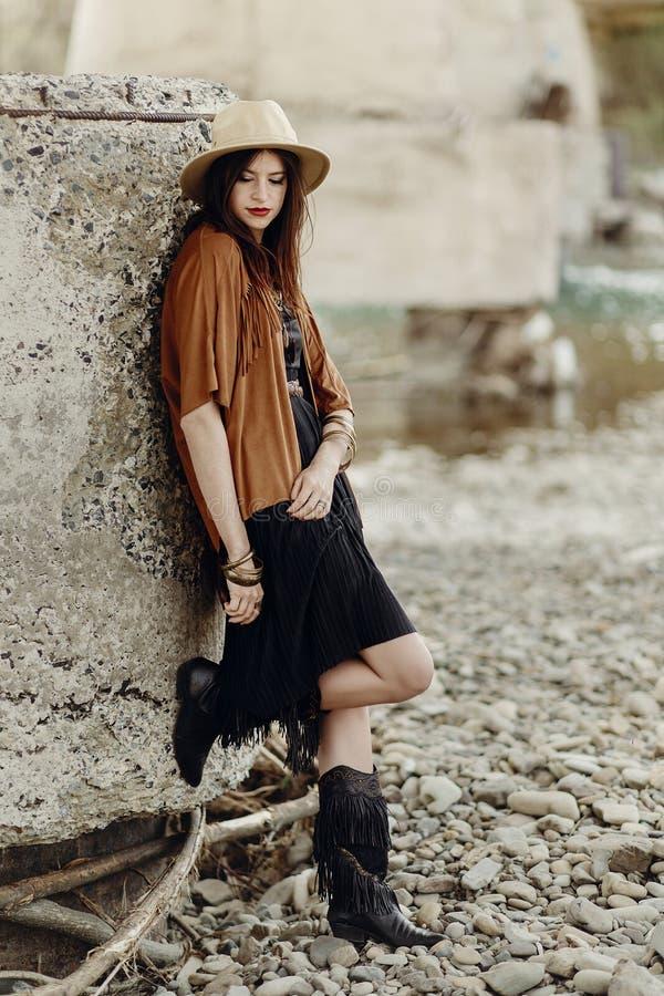 Schöne stilvolle boho Frau mit Hut, Ledertasche, Franse ponch lizenzfreies stockfoto